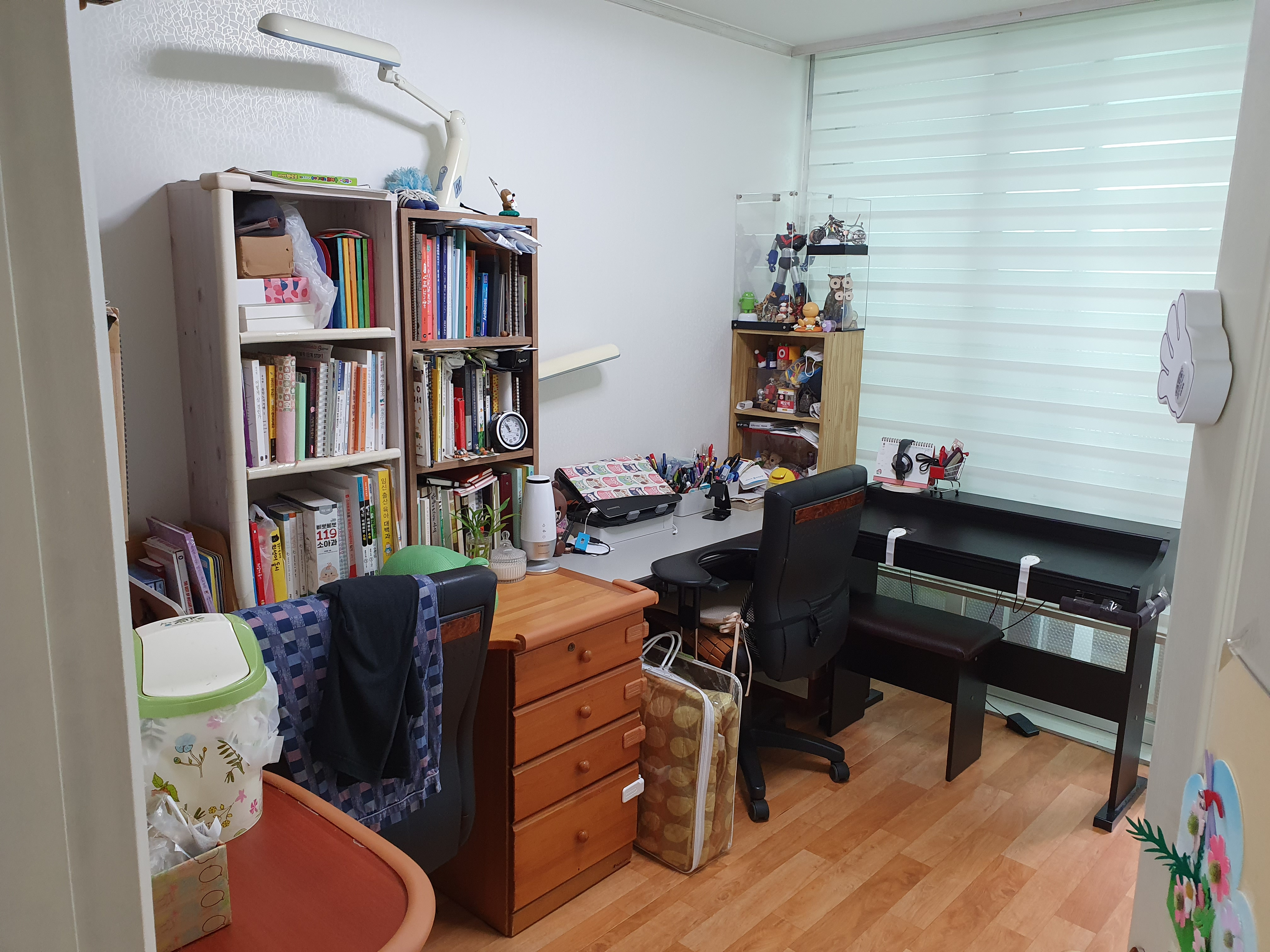 방 정리 : 거실 책장를 방에 들여 놓았다.