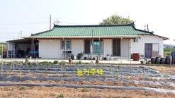 듬성 듬성 주택들이 있는 한적한 마을에 농가주택과 밭