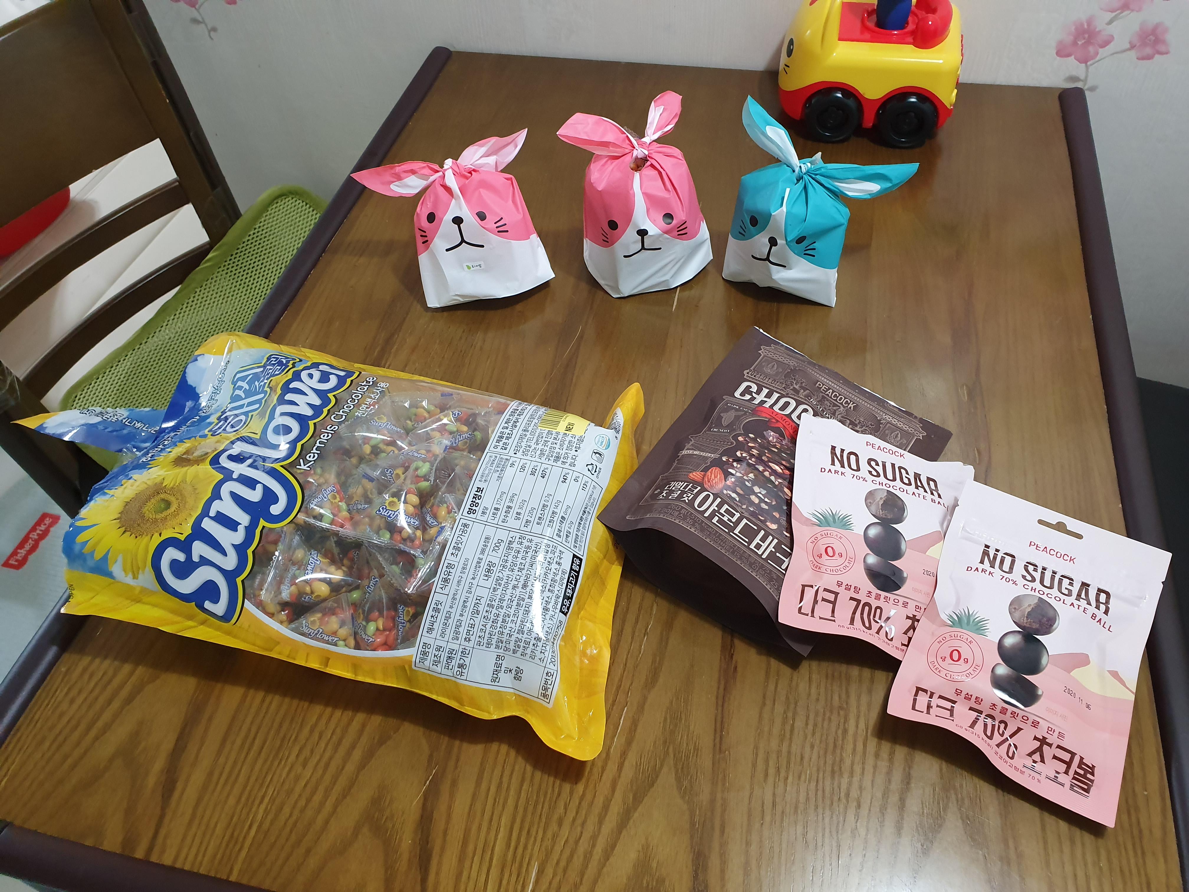 발렌타인 데이 : 3명에게 포장해서 나눠주다. (선물 한개는 초콜렛이 안 들어있다)