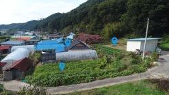 조용한 마을 가생이 부근 산자락 아래