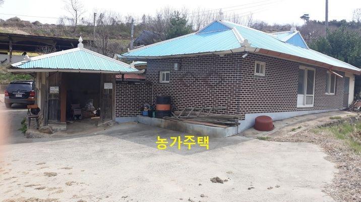 산 밑으로 동그랗게 10여 가구가 모여사는 한적한 마을 농가주택