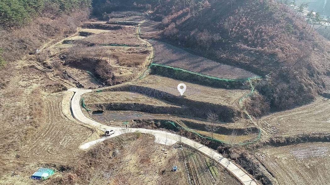 마을끝자락에 산이 감싸줘 조용한 환경과 독립성 강한 토지