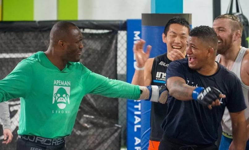 [UFC 인터뷰 소식] 길버트 번즈와의 시합을 위해 자신의 체육관을 떠난 카마루 우스만