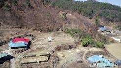 야트막한 산아래 한적한 마을 가생이에 자리한 300평대의 토지