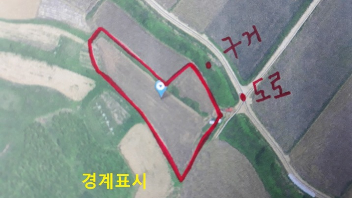 앞에는 농경지 건너 마을,뒤로는 형산 끝자락 마을앞에 있는 토지