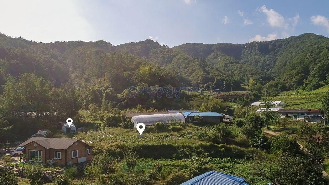 마을 가생이에 자리한 전망 괜찮은 주택지