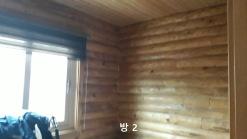 고풍스런 주택과 주위에 소나무로 이루어진 큼지막한 토지 임야