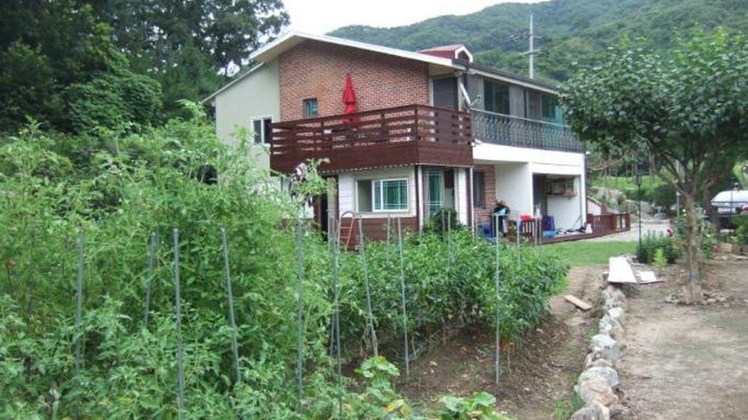천이 맞물려 있는 2층 주택(펜션가능)