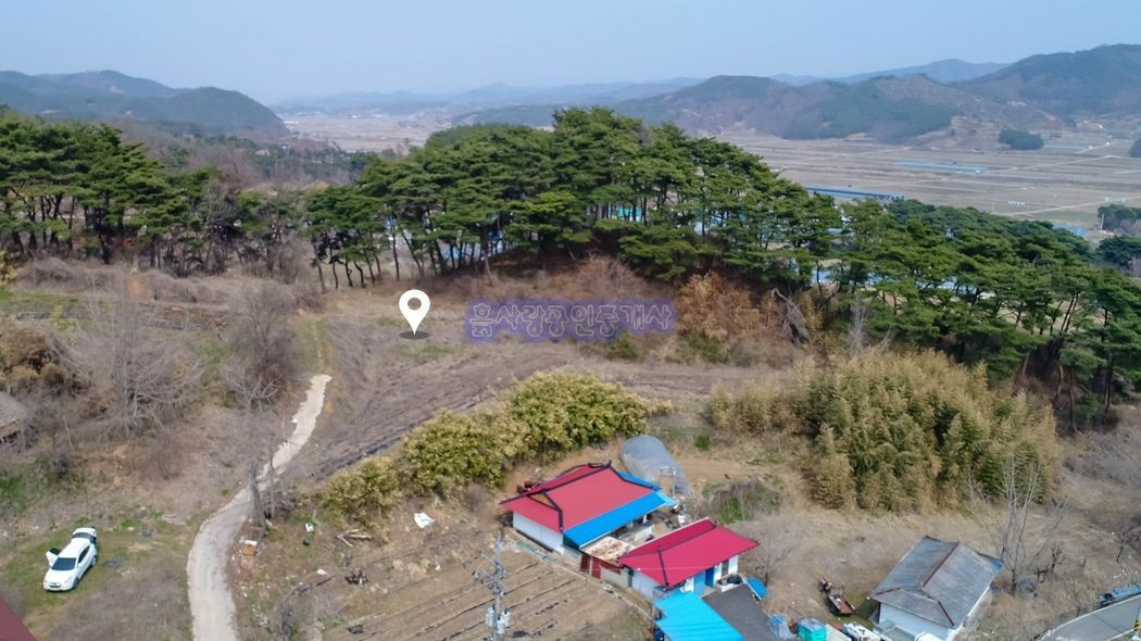 10여가구의 민가가 옹기종기 모여사는 산자락 아래 전원주택지