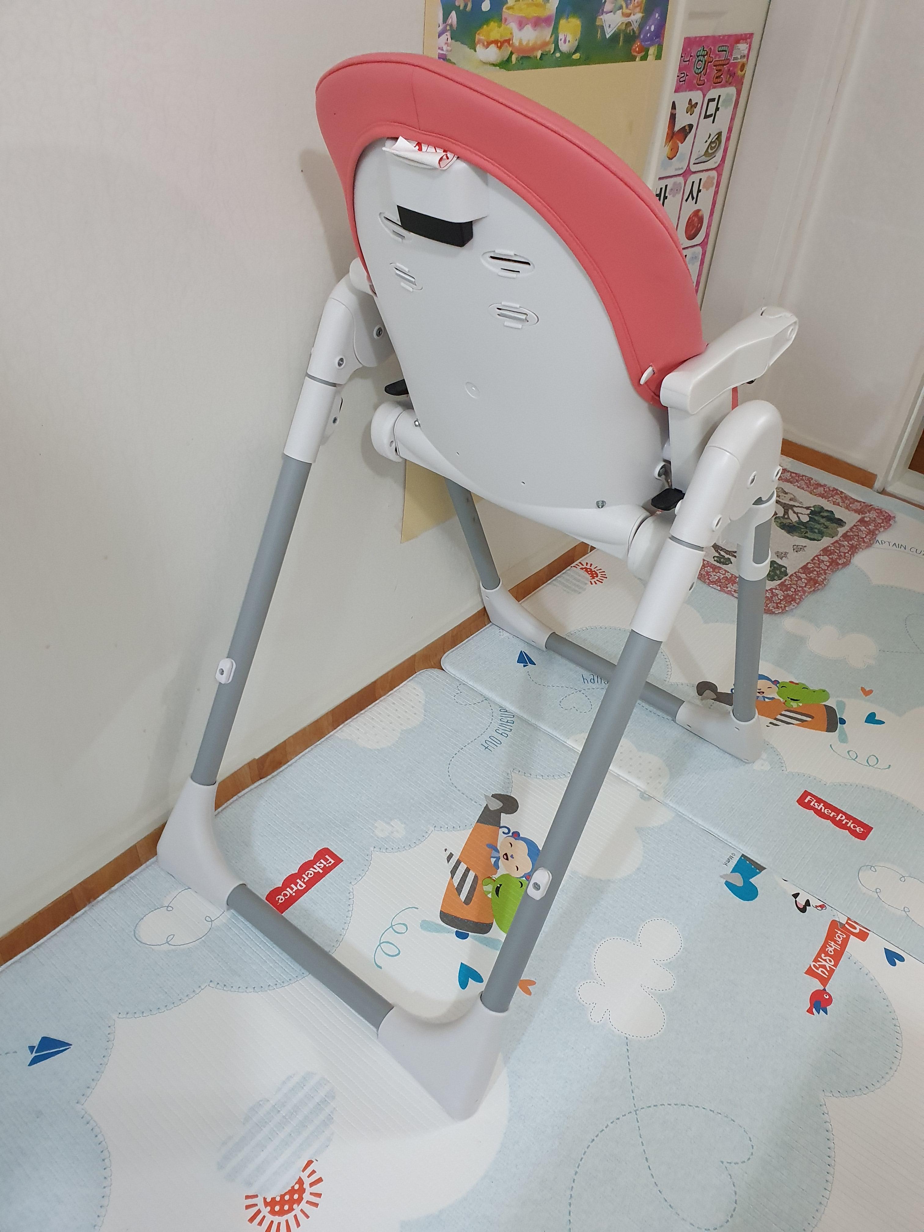 유아 식탁 의자 다리에 모서리 보호대를 붙이다.
