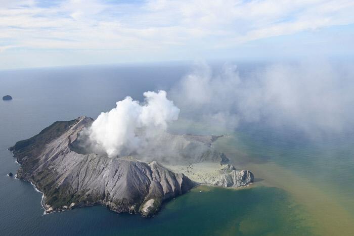 뉴질랜드 화산 폭발로 최소 5명 사망…남섬에선 빙하 산사태
