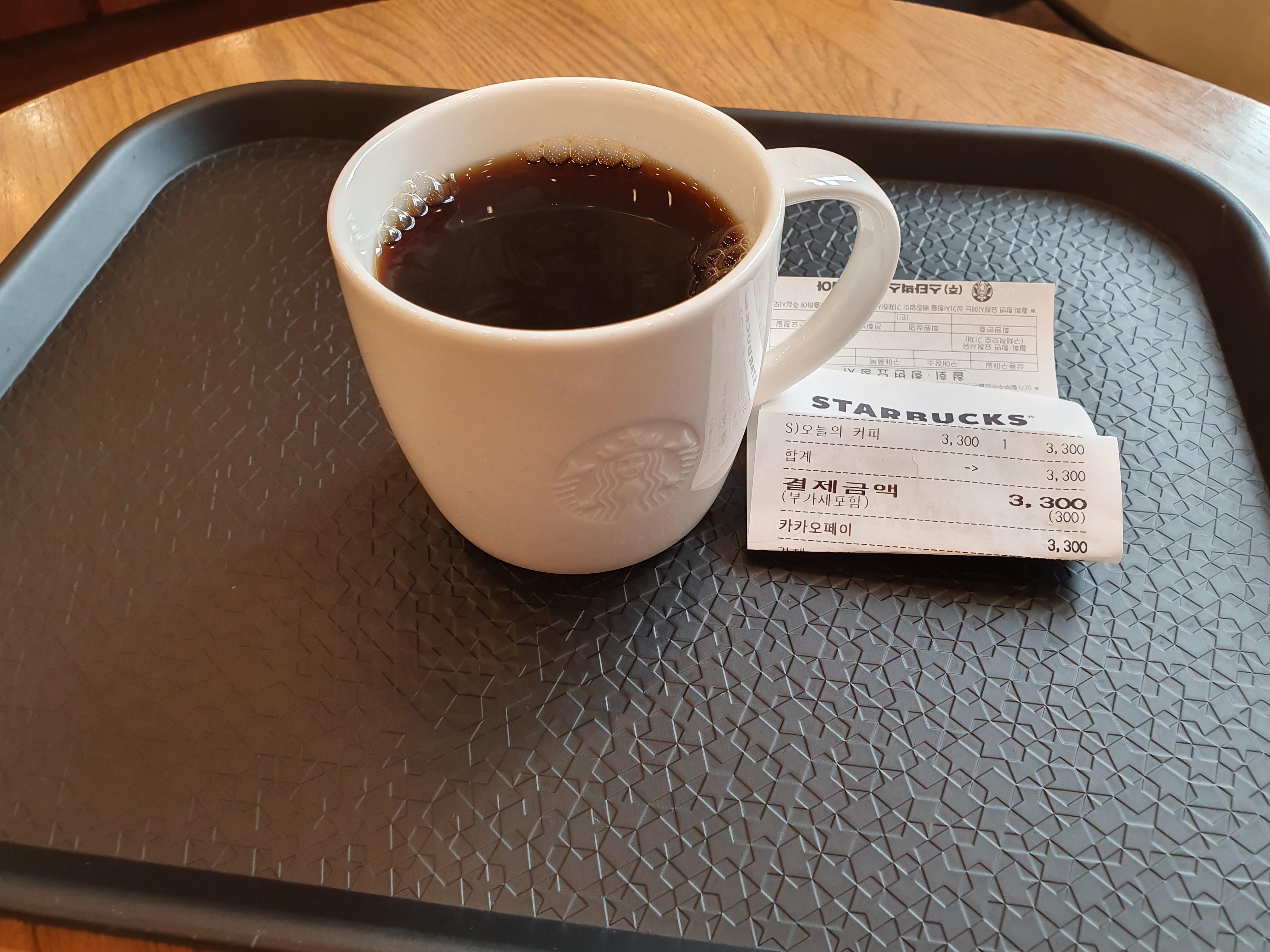 스타벅스 '오늘의 커피' 스몰사이즈 (3,300원)