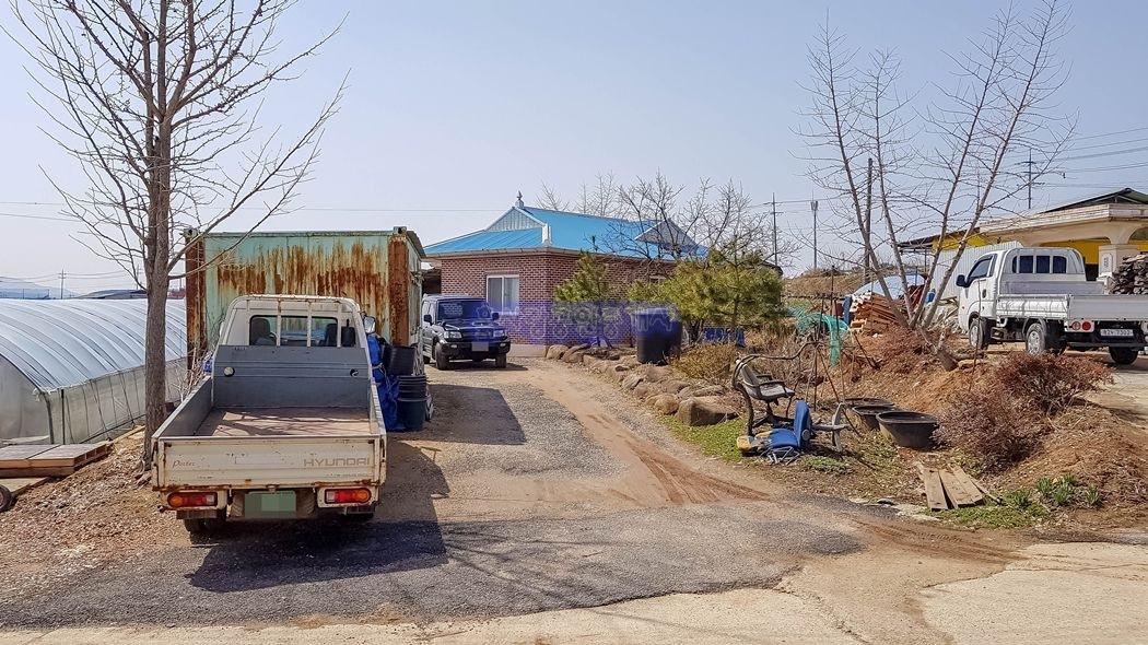 예산과 홍성사이 조용한 농촌시골마을내 자리한 농가주택과 텃밭