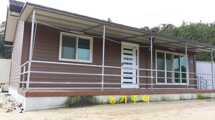 봉수산 아래 조용하고 아늑한 농가주택과 커다란 비닐하우스 3개동