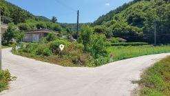 산자락 아래 10여가구의 민가가 옹기종기 모여사는 한적한 주택지