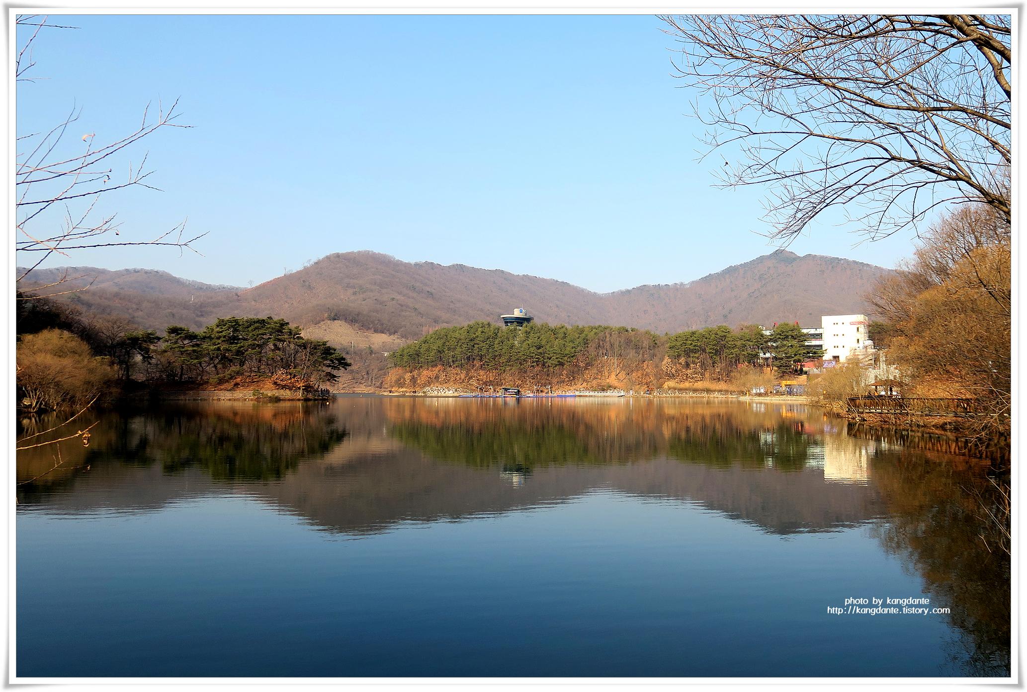 호수주변 둘레길 산책로와 출렁다리가 있는 마장호수
