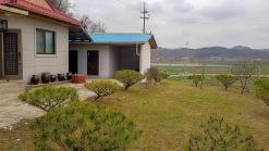 예당저수지 인근에 자리한 한적한 환경의 주택과 텃밭