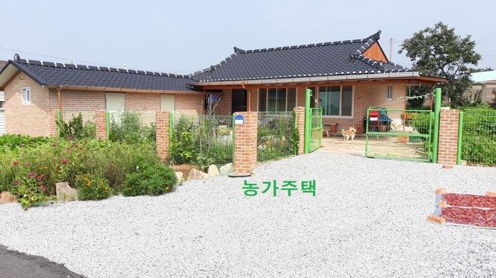 한적한 마을 안에 잘 수리 된 귀촌용 농가주택