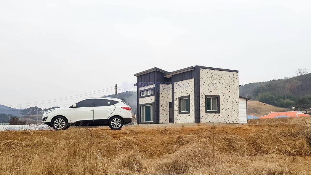 저수지를 내려다보는 마을 가생이에 자리한 신축 전원주택