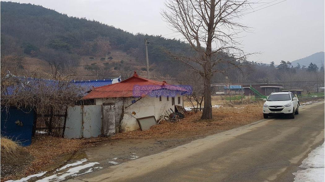 매을개천따라 형성된 마을내 자리한 따스한 남향의 전원주택과 텃밭