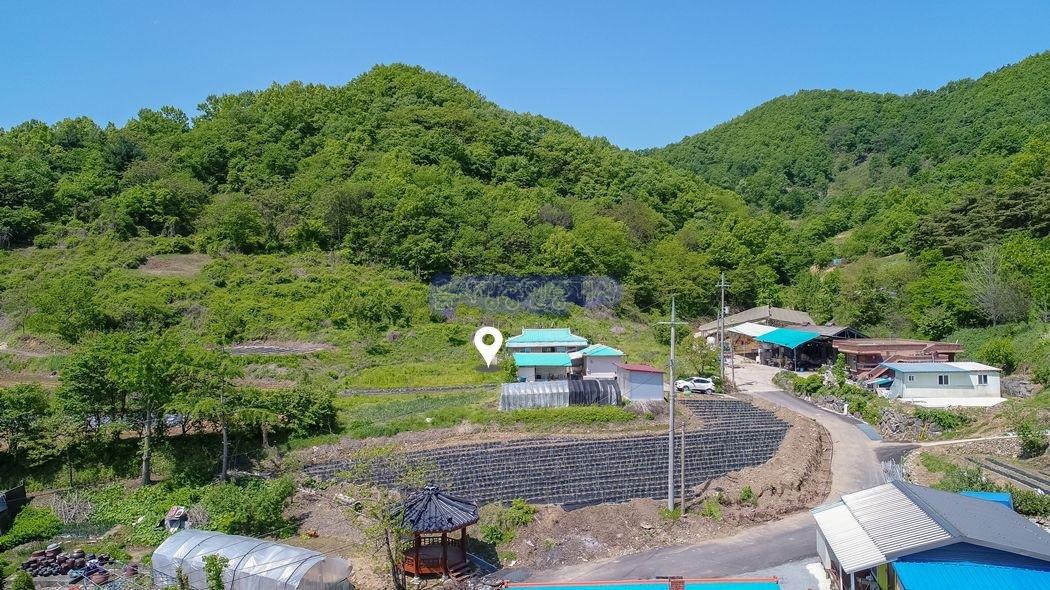 면소재지 인근 산자락 아래 마을 상단부에 자리한 농가주택과 텃밭
