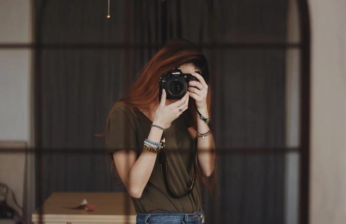 카메라 찍는 여자
