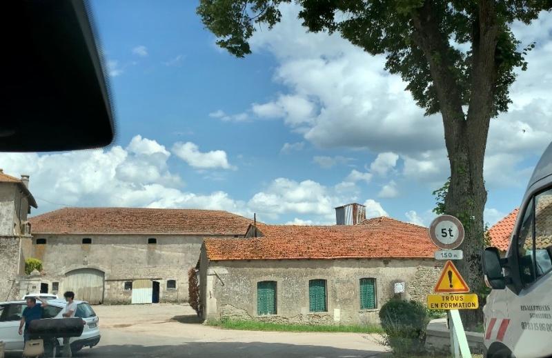 야외 자쿠지를 설치한 프랑스 시골집