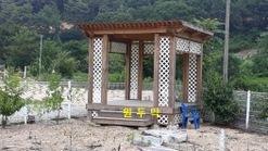 높직한 산과 산 사이 마을에 있는 고급전원주택