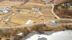 저수지를 바라보는 300평대의 조용하고 한적한 전원주택