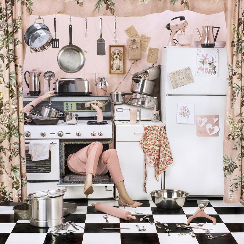 일과 가정에서 무너지는 현대 여성을 담은 Faceless Woman 사진시리즈