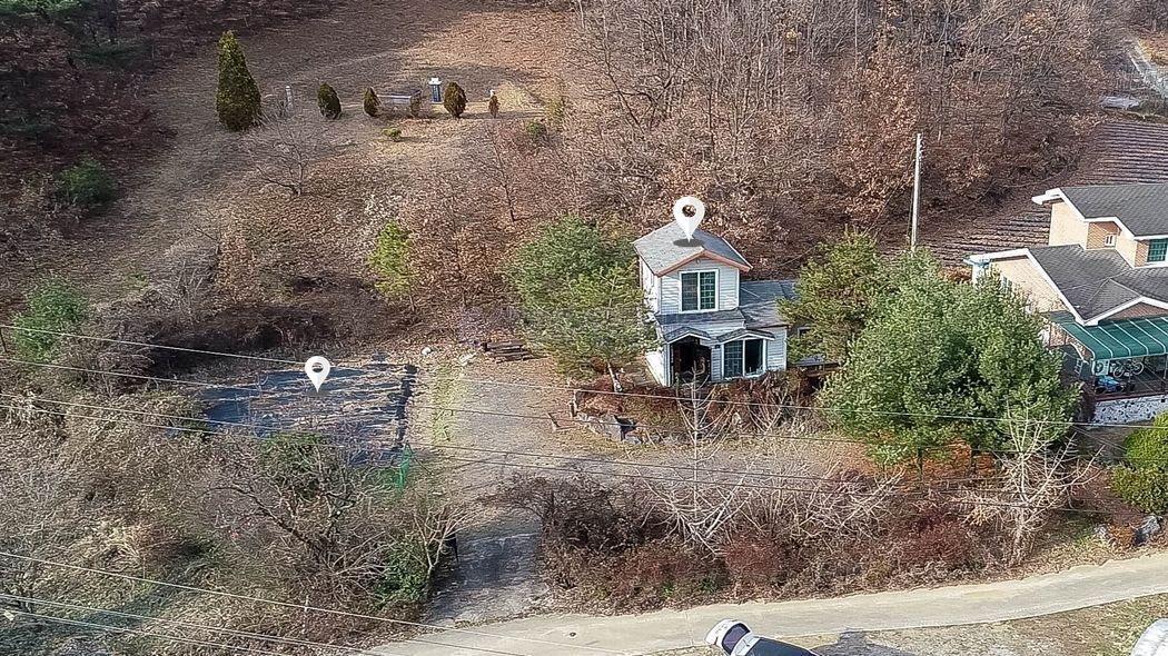 산아래 조용한 환경과 아담한 평수를 가진 주말주택과 텃밭