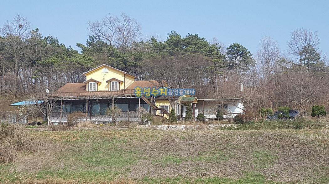 산자락에 조망권 좋은 주택과 텃밭, 창고가 좋습니다.