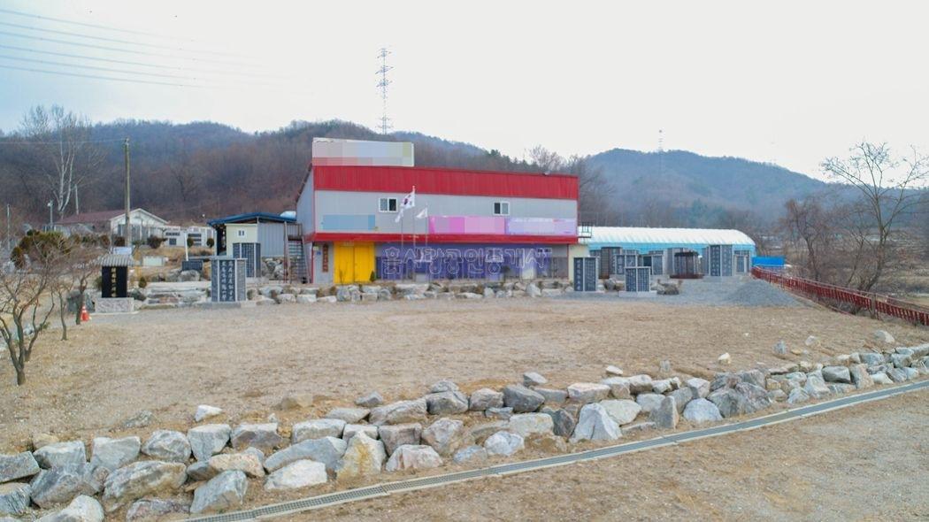 2차선 국도변 인근 접근성 좋은 곳에 자리한 건물