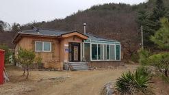 산기슭에 황토전원주택과 앞뒤로 텃밭이 있는 좋은 매물입니다.