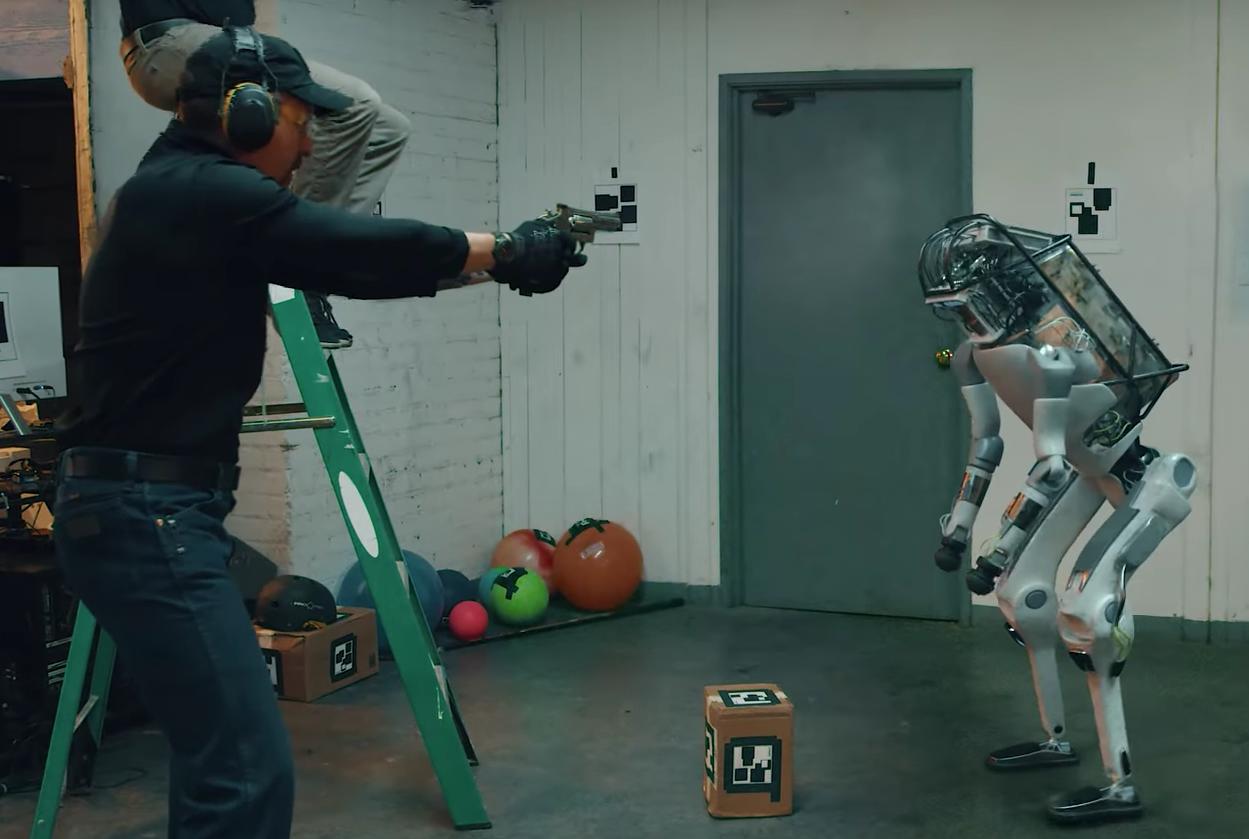 맞고 차이고 총맞는 휴머노이드...코리도어, 로봇과의 갈등 패러디한 가짜 영상 공개