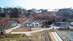 산이 뒤로 받쳐주는 조용한 농촌마을내 올해 신축한 전원주택