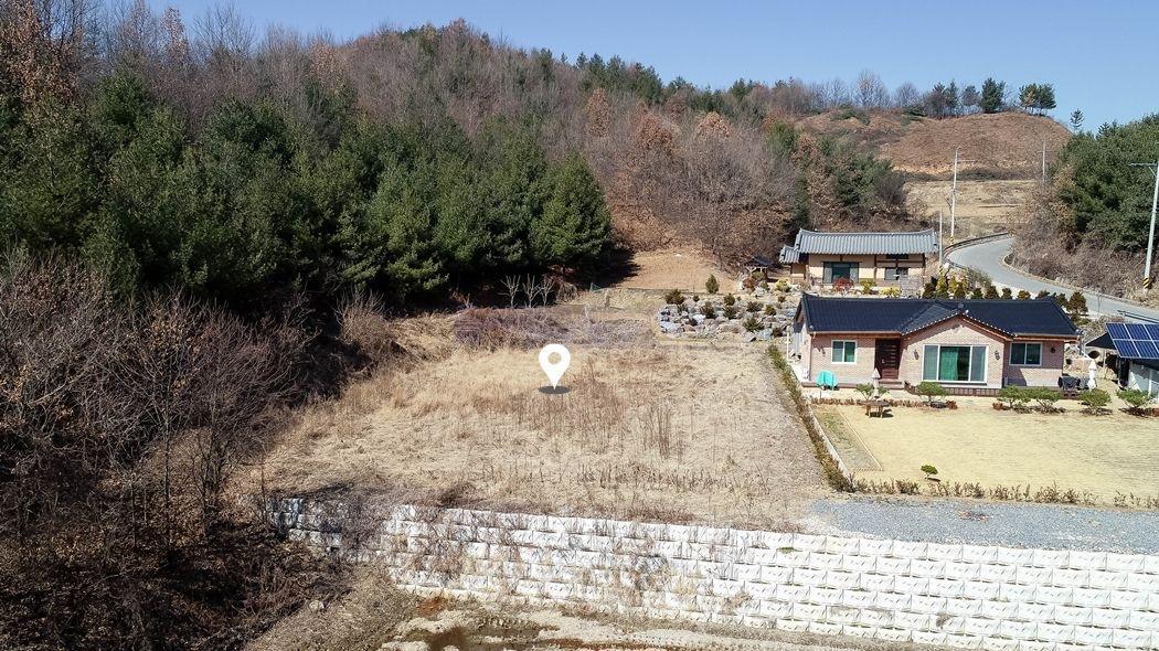 민가와 떨어진곳에 산이 감싸주는 한적한 환경의 전원주택지