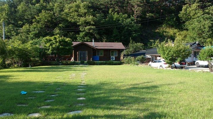 산, 들, 강, 하늘이 어우러진 잔디밭 넓은 황토방 전원주택