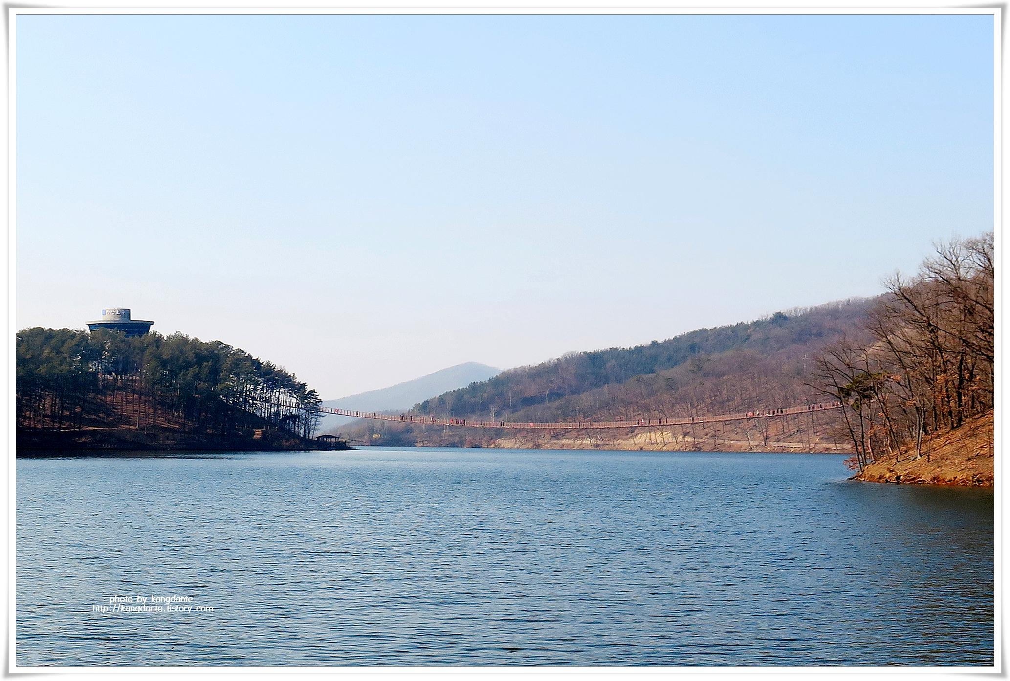호수를 가로지르는 마장호수 출렁다리