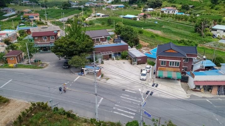 예산읍내 인근 2차선 도로변에 자리한 음식점 또는 창고,공장건물