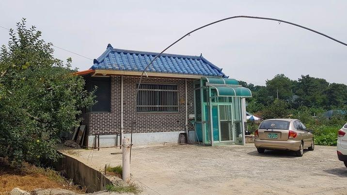 예산읍내에 인접한 곳에 자리한 리모델링한 단독주택과 텃밭