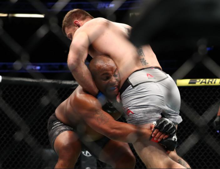 [UFC 트윗 단신] 다니엘 코미어 : 스몰케이지를 사랑해.  미오치치전 커티스 블레이즈처럼 싸울거야.  저스틴 게이치가 시합에서 레슬링을 사용하지 않는 이유