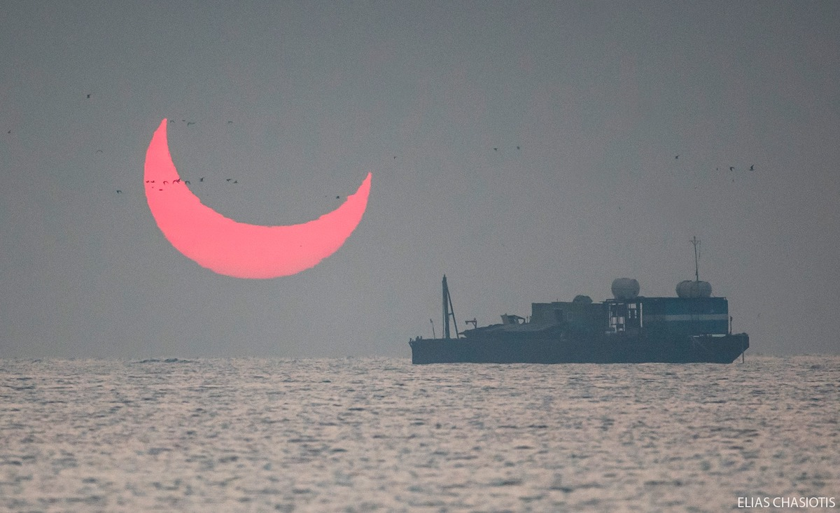일출이 일식인 놀랍고 경이로운 사진