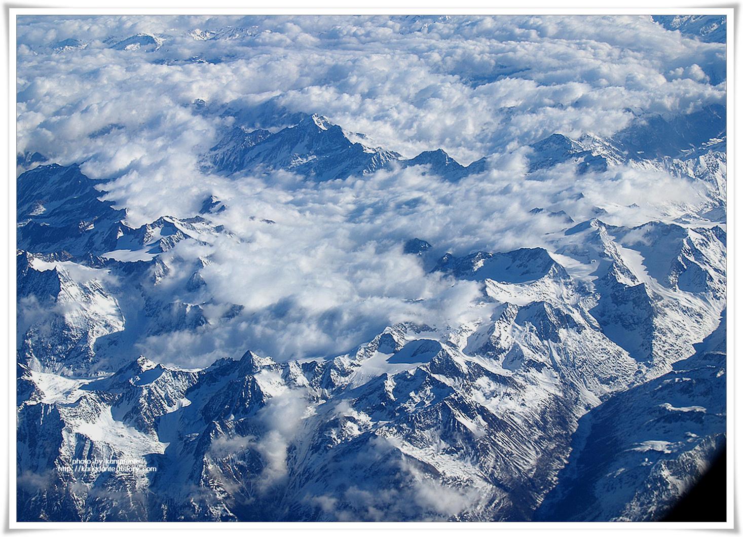 하늘에서 본 알프스 설산(雪山)과 지중해