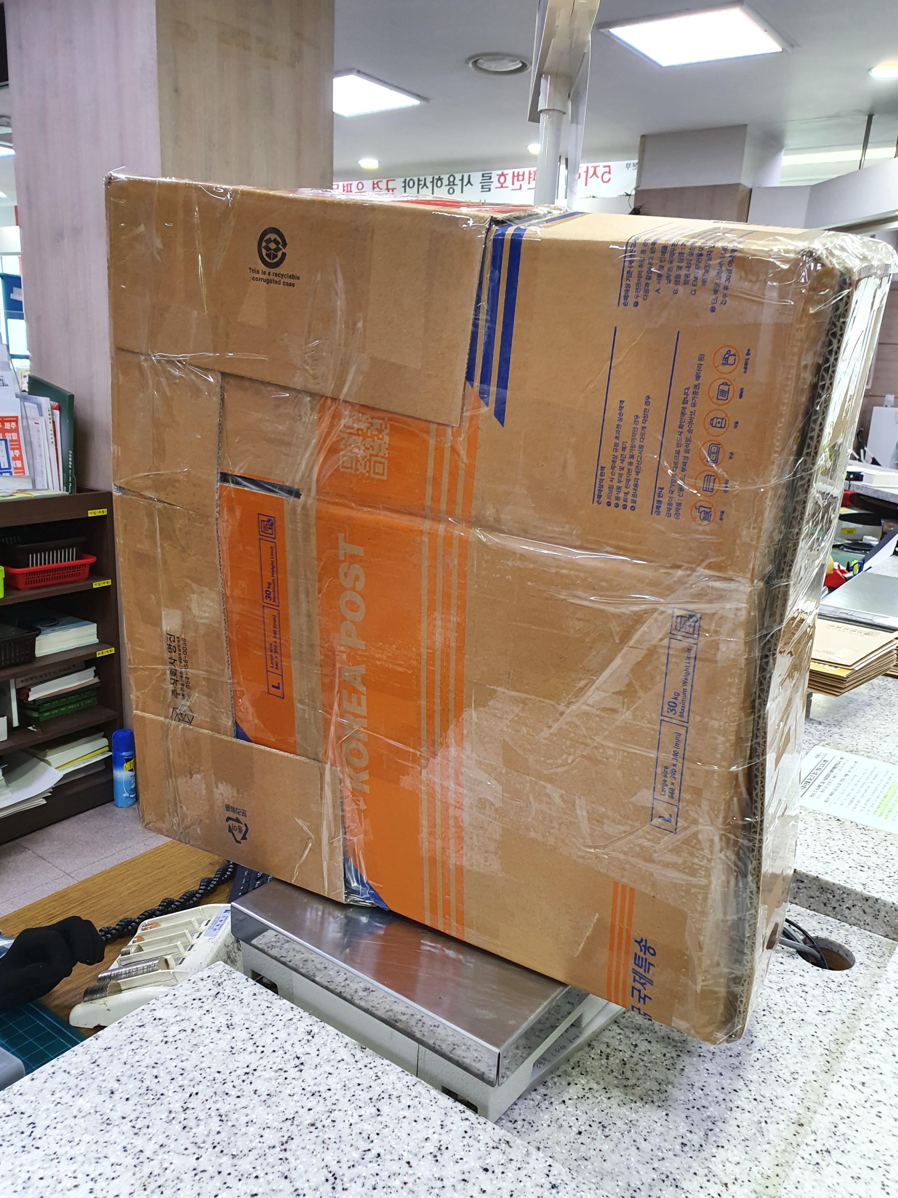 우체국에서 박스 이어붙이기를 했다