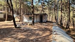 청정계곡에접하고 소나무숲속에 위치한 작은주택