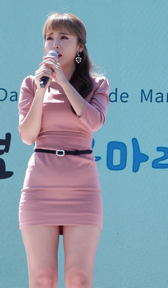 타이트한 원피스 입은 갓데리 홍진영 몸매 대박