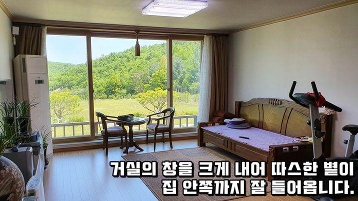 산이 감싸주는 언덕 제일 위에 자리한 전원주택과 텃밭