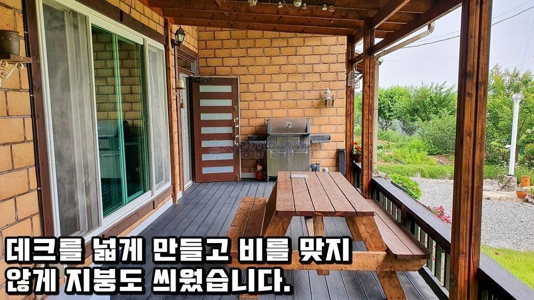 산자락 아래 민가와 떨어진 곳에 자리한 전망 좋은 전원주택
