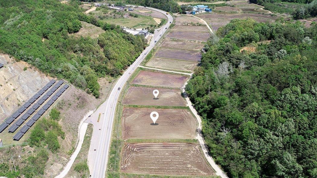 산자락 아래 2차선 도로 옆 네모반듯 잘생긴 토지